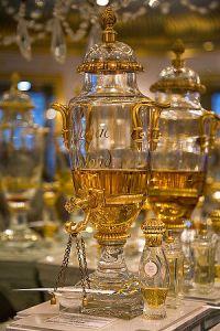 300px-Perfume_Urn_Caron_Paris_600x900px_by_Mattias_Kristiansson